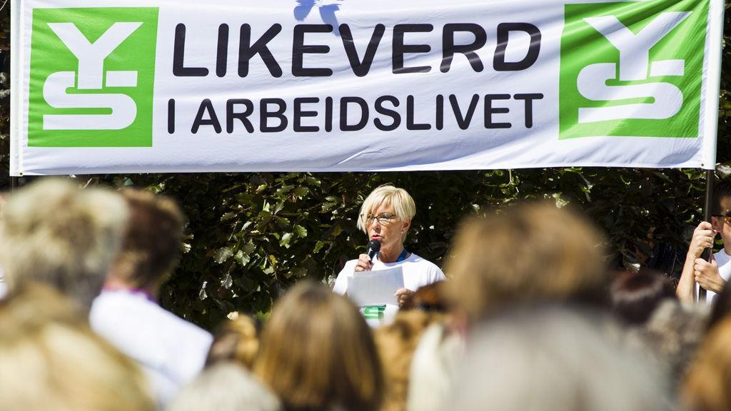 Forhandlingsleder i YS Kommune, Gunn Olander, talte til sine underståtter onsdag om å fortsette streikeviljen. Nå kan det bli en løsning på konflikten om lønn med kommunal sektor.