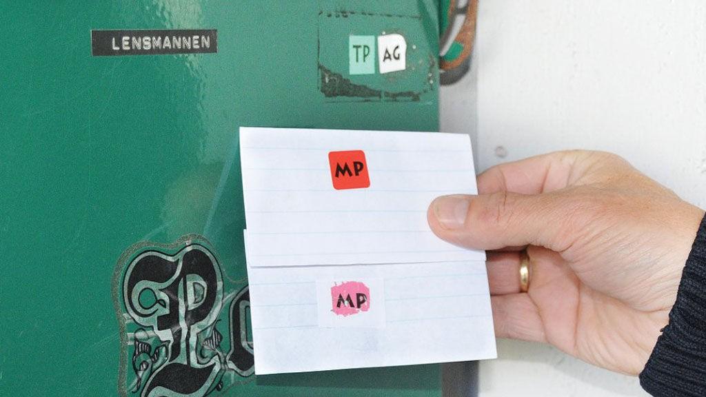 Vær oppmerksom: Finner du merker på postkassen som du ikke kjenner til, bør de straks fjernes. Politiet trodde først disse merkene med MP var plassert av tyvebanden, men det viste seg at disse står for Mediapost og er legitime.