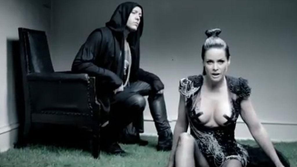 MØRK OG GOTISK: Lene Nystrøm viser seg fra en utfordrende side i Aqua`s nye musikkvideo «Playmate to Jesus».