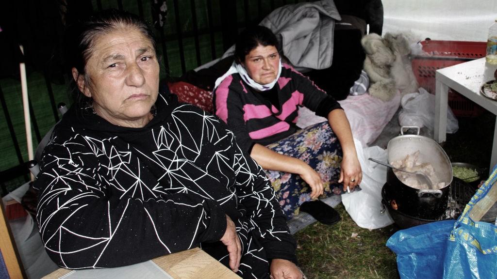 Alexandrina (54) og Amelia (39), sier at de ikke har noe å dra tilbake til i Romania.