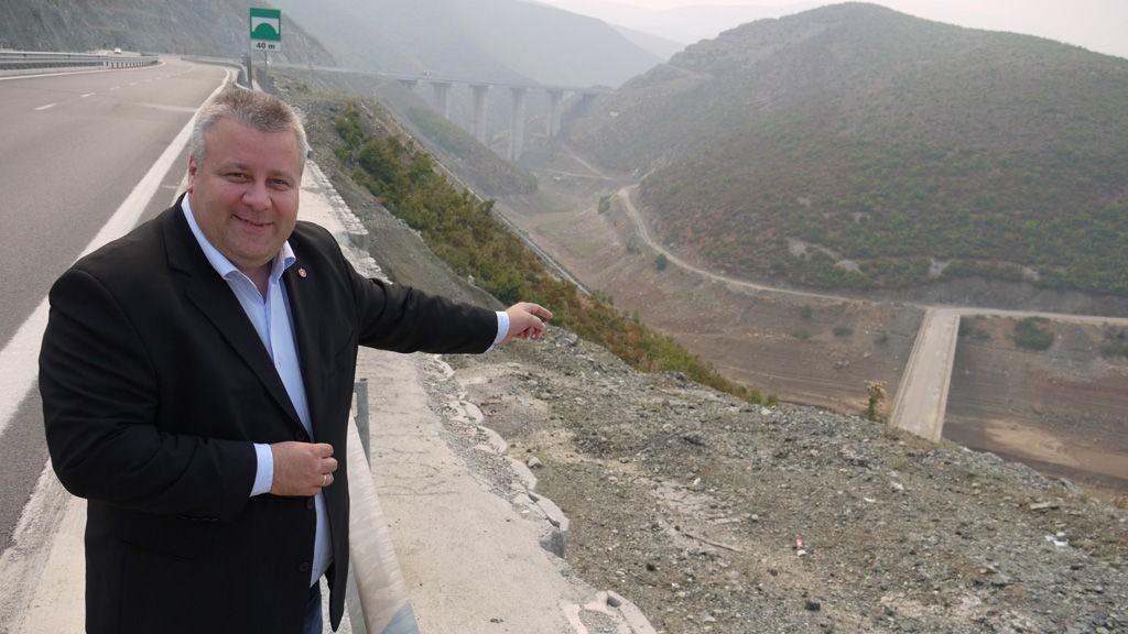 Det er ikke bare i Norge vi må legge veien langs fjell og daler, påpeker Frps Bård Hoksrud.
