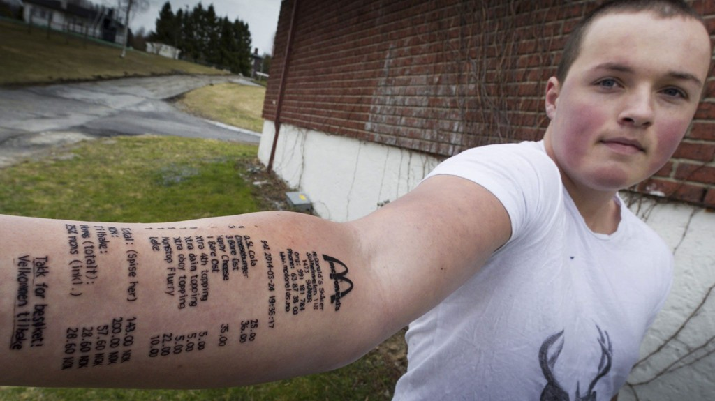 UTFORDRET: Etter å ha blitt utfordret at kompisene slo Stian Tyyerdahl til med en heller spesiell tatovering på armen. FOTO: KAY STENSHJEMMET