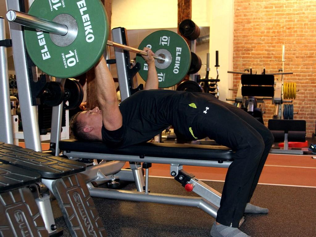 FEIL: Mange løfter rumpa når de trener benkpress, men da lurer du bare deg selv, mener personlig trener.