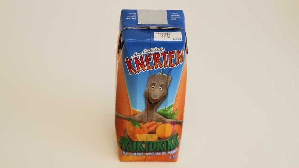 KNERTEN FRUKTDRIKK: Denne fruktdrikken inneholder 12 sukkerbiter og 3 prosent gulrot.