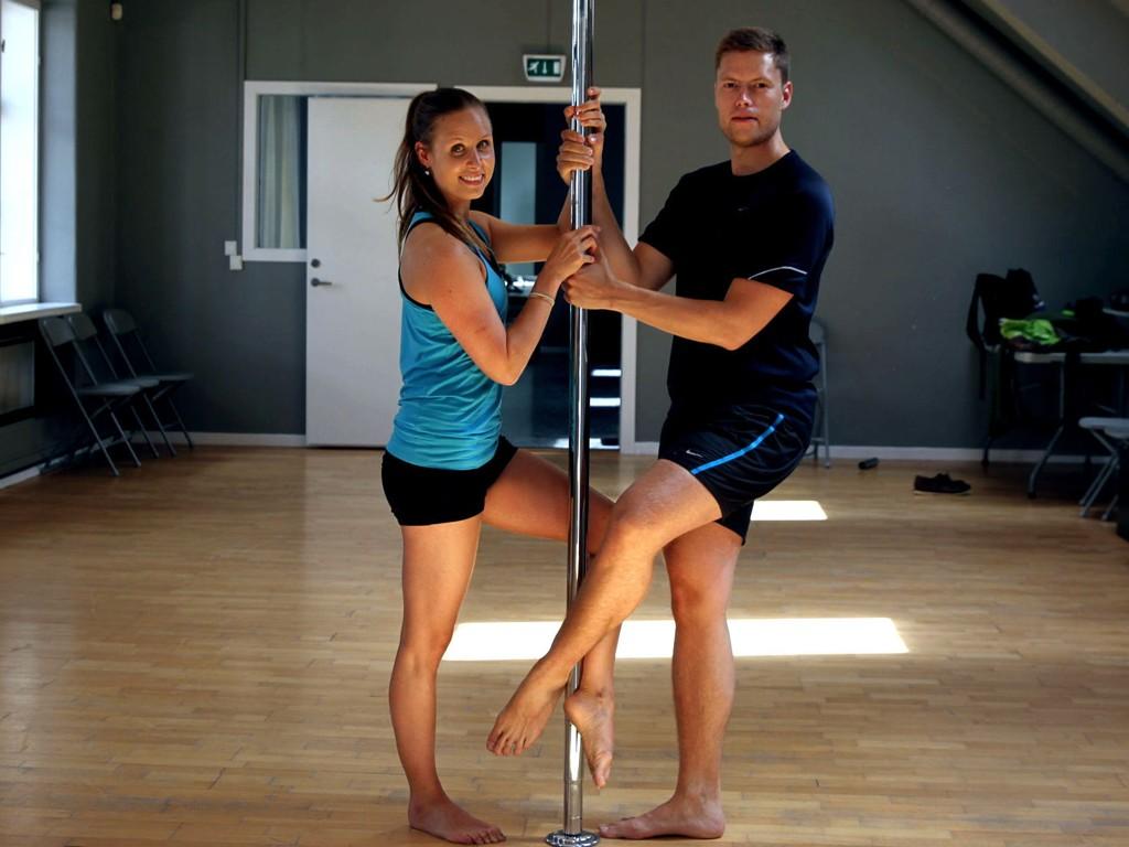 POLE FITNESS: På grunn av minimalistiskeantrekk er det mange som tenker på stripping når man snakker om pole, men en runde med pole fitness handler definitivt ikke om kaste av seg klærne, det er rett og slett en skikkelig god treningsøkt.